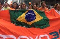 Adriana na Paulista, com bandeira do Partido Novo