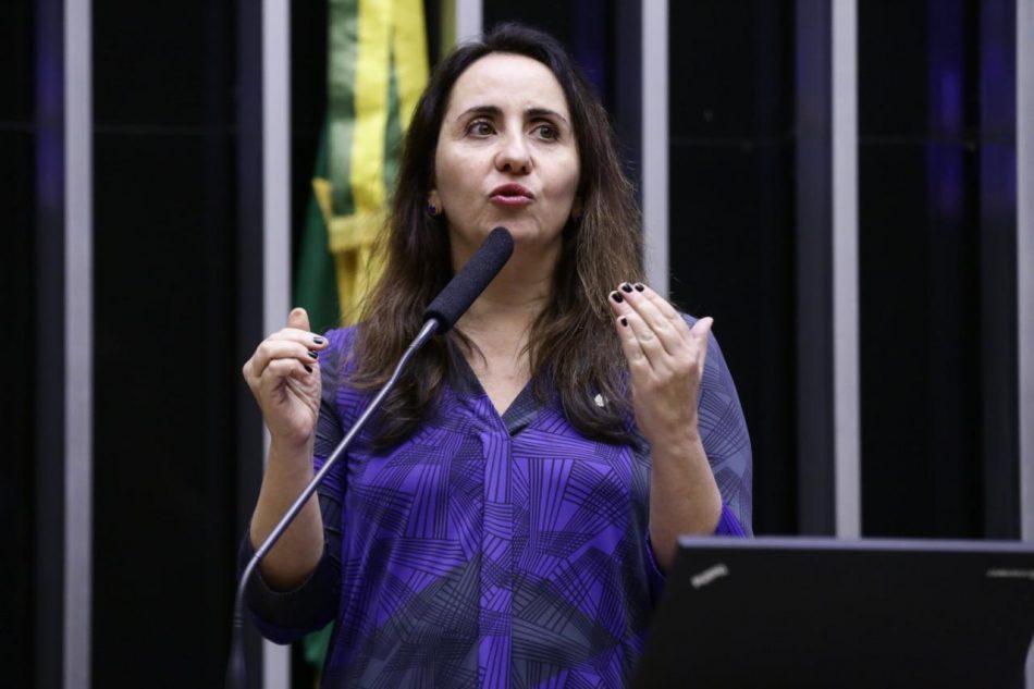 Adriana Ventura na tribuna do Plenário
