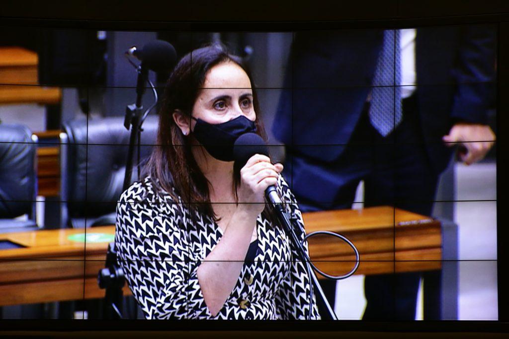 Deputada Adriana Ventura no microfone lateral